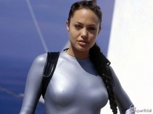 angelina-jolie-breasts-0514-27-580x435